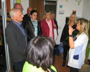 Freie Wähler - 24.03.15 - Besicht. Hospiz - Führung der Gruppe durch das Haus
